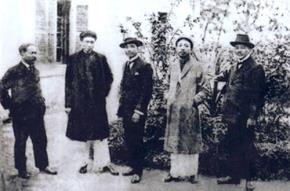 Từ phải sang trái: Nguyễn Văn Vĩnh, Nguyễn Văn Tố,  Phạm Duy Tốn, Phạm Quỳnh và Bùi Duy Thành (một doanh nhân)
