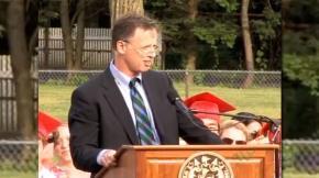 Giáo viên David McCollough Jr khi đọc bài diễn văn gây sốc - Ảnh: The Swellesley Report