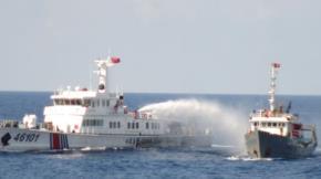 Tàu Trung Quốc xâm phạm vùng đặc quyền kinh tế của Việt nam, liên tục xịt vòi rồng vào tàu kiểm ngư Việt Nam. Ảnh: TTO