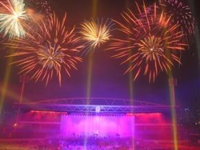 Màn pháo hoa  rực sáng trên sân Mỹ Đình tối 10/10/2010