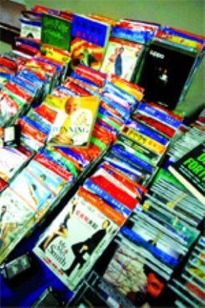Những đĩa DVD phim, CD nhạc và sách Mỹ in lậu ở Trung Quốc được trưng bày trong cuộc họp báo ngày 9.4.2007 ở Washington DC. Đại diện thương mại Mỹ Susan Schwab đã tuyên bố sẽ kiện Trung Quốc ra WTO về việc vi phạm bản quyền...