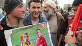 """Trong cảnh dầu sôi lửa bỏng, người dân Ai Cập không mất đi tính hài hước: phạt thẻ đỏ, truất quyền thi đấu đối với """"cầu thủ"""" Mubarak  - Ảnh: Mia Grondahl"""