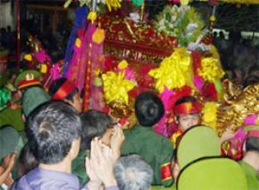 Người người chen nhau bám theo kiệu rước ấn tại lễ rước ấn (Đền Trần - Nam Định). Ảnh: Bảo Minh