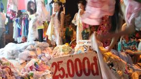 Chợ Tết lề đường của người nghèo - Ảnh TTO