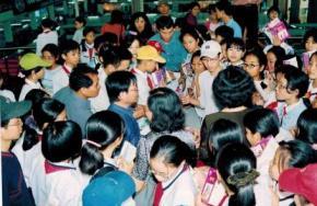 Điểm sáng hiếm hoi của văn hóa đọc hiện nay. Nhà văn Nguyễn Nhật Ánh giữa vòng vây của độc giả nhí xin tặng chữ ký ngày ra sách mới của tác giả tại Hà Nội
