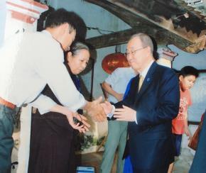 Tổng thư ký Liên Hiệp Quốc Ban Ki-moon thăm nhà thờ họ Phan Huy ở Quốc Oai, Hà Nội tháng 5.2015 - Ảnh: Lê Quân chụp lại từ tư liệu gia đình