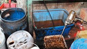 Phần lớn người tiêu dùng không biết rằng một số quán cà phê sử dụng chất tạo bọt SLS (60.000 đ/20kg) pha vào cà phê để giữ bọt lâu tan. Đây là chất tẩy rửa, tạo bọt dùng chủ yếu trong công nghệ sản xuất xà phòng, mỹ phẩm.
