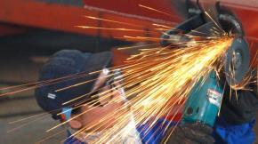 Sản xuất cơ khí tại Công ty cổ phần cơ khí Điện lực, Hà Nội - Ảnh: Cấn Dũng