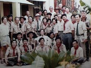Ngày họp mặt truyền thống Hướng đạo Việt nam 31 tháng 5, tại Hà Nội. Hình trên chụp đầu tiên vào năm 1993 với tr. Hoàng Đạo Thúy (người mặc áo trắng, ngồi giữa)