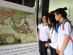 Học sinh nghiên cứu bản đồ lịch sử