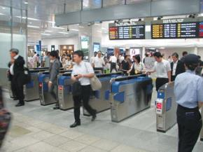 Nhiều ga tàu điện có nhân viên kiểm soát vé nhưng người Việt vẫn tìm cách lách luật được. Ảnh Thanh Niên