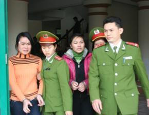 Hai nữ sinh tuổi vị thành niên - Hằng (áo vàng, sinh 1991) và Thúy (sinh 1992) tại phiên xử phúc thẩm tháng 1/2010.