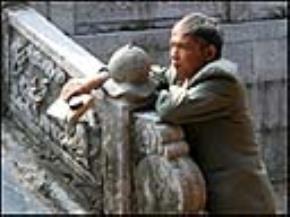 Nhà phê bình Vương Trí Nhàn tại chùa Bút Tháp