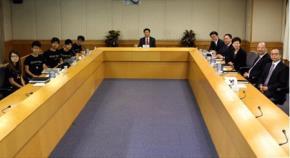 Khung cảnh cuộc đối thoại giữa chính quyền Hồng Kông (bên phải) và đại diện sinh viên. Ảnh: Reuters
