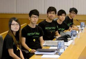 """Năm lãnh đạo sinh viên, mặc T Shirt mang dòng chữ """"Freedom Now"""" đối thoại với các quan chức, những người đáng tuổi cha mẹ, phụ huynh của mình trong thái độ thẳng thắn, dứt khoát."""