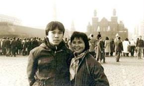Xuân Quỳnh chụp với nhà báo Lưu Quang Định - em ruột Lưu Quang Vũ  tại Quảng trường Đỏ (Mátxcơva, Liên Xô)