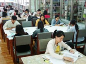 Sinh viên đọc sách tại thư viện ĐH Mở bán công TP.HCM - Ảnh: Đ.N.T
