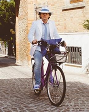 Thầy giáo Cesare Catà, tác giả của 15 bài tập hè khuyến khích học trò tự do trải nghiệm khám phá giá trị của đời sống và bản thân