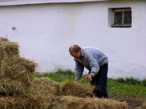 Người nông dân trong điền trang. Ảnh Nguyễn Quang Thiều
