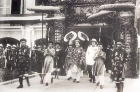 Chiều 30/8/1945, vua Bảo Đại thoái vị, trao ấn kiếm lại cho chính quyền Việt Nam Dân chủ cộng hòa trên cửa Ngọ Môn, thành phố Huế
