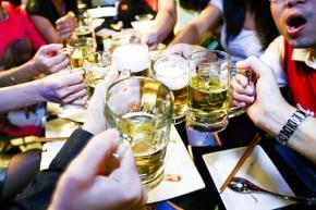 Năng suất làm việc thấp, uống bia rượu thuộc dạng nhất và luôn huyễn hoặc về mình là những nguyên nhân kìm hãm sự phát triển của đất nước - Ảnh: Thu Trang
