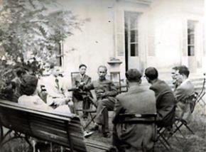 Bác Hồ tiếp thanh niên dân chủ Pháp tại Paris 1946