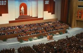 "Năm 1987, Govbachev kêu gọi ""dân chủ hóa""."