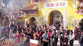 Người Việt đi chùa ngày Xuân