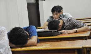 Giây phút tranh thủ nghỉ ngơi của thí sinh thi vào Trường ĐH Y Hà Nội năm 2014. Ảnh: Văn Chung