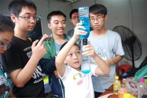 Các học sinh trải nghiệm STEM tại ngày hội STEM lần thứ nhất tổ chức tại ĐHBK Hà Nội