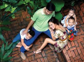 Lối sống có văn hoá dân chủ cần được xây dựng và bồi đắp từ trong quan hệ gia đình cho tới công sở, từ quan hệ giữa những cá nhân riêng lẻ cho tới những nhóm lợi ích… Ảnh: Phan Quang