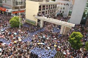 Hàng chục nghìn người biểu tình quy mô lớn tại các toà nhà chính phủ ở thành phố Khải Đông, thuộc tỉnh Giang Tô đòi huỷ bỏ một dự án xây dựng đường ống nước thải. Ảnh: Dân Trí