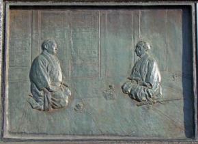 Bức tượng đá mô tả cảnh hai ông Saigo và Katsu hội đàm ở đền Atago.Ảnh Trần Thanh Việt – ERCT