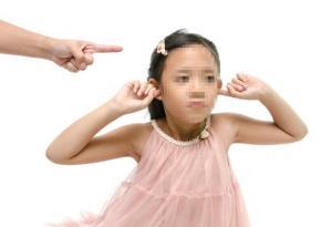 Chỉ trích con cái - chỉ làm cho trẻ ngày càng xa cách cha mẹ - Ảnh: Shutterstock