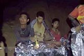 Các thành viên đội bóng thiếu niên mắc kẹt bên trong hang Tham Luang. (Nguồn: THX/TTXVN)