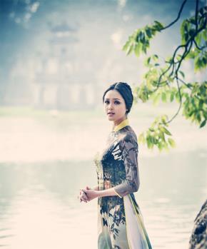 Á hậu Hoàng Anh đẹp như thiếu nữ trong tranh. Photo : Bùi Việt Anh