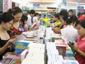 Đông đảo bạn đọc đến với Triển lãm Hội chợ sách quốc tế - Việt Nam 2010 tại Hà Nội Ảnh: MXT