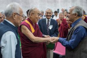 Đức Đạt lai lạt ma chào đón những người tham dự hội thảo Vật lý Lượng tử và Quan điểm Triết học Trung đạo khi Ngài đến Trung tâm Hội Nghị trường Đại học Jawaharla tại Ấn Độ, ngày 12 /11/2015