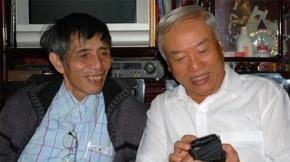 Nhà thơ Hải Như (bên trái) và nguyên chủ tịch Quốc hội Nguyễn Văn An. Ảnh: nhavantphcm