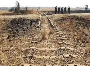 Ăn cắp kim loại và tháo trộm đường ray xe lửa đang là một vấn nạn của Nam Phi. Được biết mỗi năm nền kinh tế nước này phải chịu thiệt hại lên đến cả trăm triệu USD vì nạn trộm cắp kim loại. Ảnh BBC