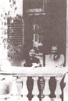 Ông bà Vĩnh chụp năm 1925 tại ngôi nhà 13 phố Thụy Khuê, Hà Nội trước cửa trường Bưởi (nay là trường Chu Văn An)
