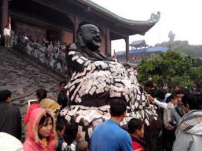 Nhét tiền nơi tượng Phật