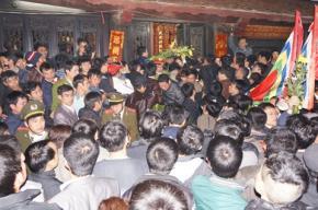 Chen lấn xô đẩy cướp đồ thờ trong đêm khai ấn đền Trần. Ảnh: Minh Đức