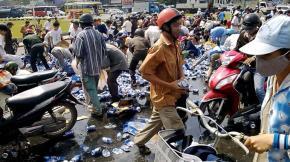 """Hình ảnh xấu xí trong vụ hàng trăm người cùng nhào vào """"hôi bia"""" tại Đồng Nai"""