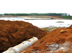 Lắp đường ống thi công xây hồ chứa bùn đỏ tại Tân Rai, Lâm Đồng. Khi nhà máy bôxit tại Việt Nam đi vào hoạt động sẽ áp dụng ngay công nghệ xử lý bùn đỏ của Việt Nam. Ảnh: TL SGTT
