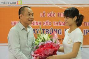 Nguyễn Hòa Bình trao giải thưởng tri ân khách hàng và khuyến học Tiếng Anh của người học của trang web TiengAnh123.com