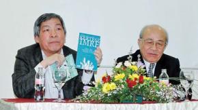ịch giả Giáp Văn Chung (trái) giới thiệu hai tác phẩm quan trọng nhất của nhà văn Hungary Kerész Imre (Nobel 2002), bên phải là dịch giả lão thành Lê Xuân Giang - Ảnh do dịch giả cung cấp