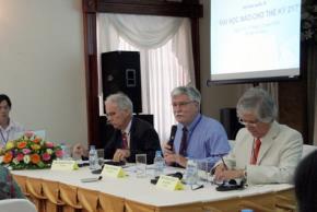 Hiệu trưởng Trường ĐH De Anza, Brian Murphy (giữa) chủ trì thảo luận - Ảnh: Th.Tuấn