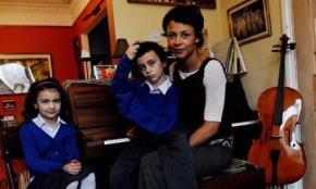 Một bà mẹ Do Thái nuôi con tài năng. Ảnh minh họa: Guardian.co.uk.