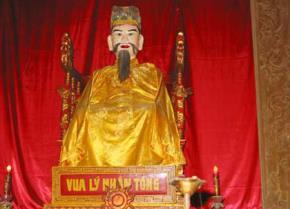Tượng vua Lý Nhân Tông tại đền Đô, Bắc Ninh